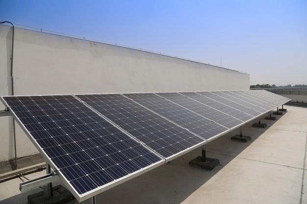 Avtomobilski akumulator za sončne celice